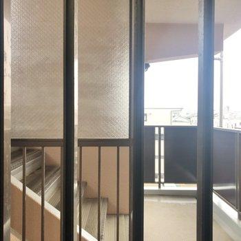 【洋室4.7帖】建物中の階段が見えます。
