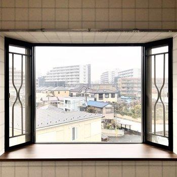 【洋室6帖】出窓がある2面採光です。お気に入りの雑貨などを飾っておけそうです。