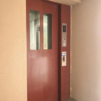 赤色のエレベーターは必須ですね。