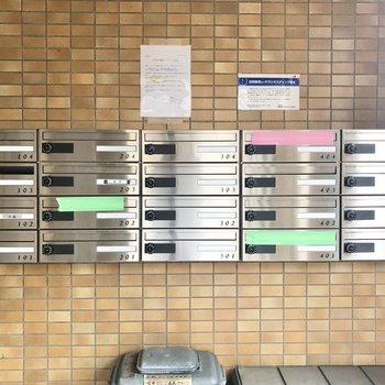 エントランスはいいてすぐに郵便ポストがあります。