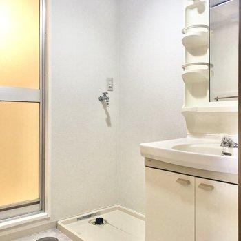 廊下出てすぐ左手に洗面所があります。