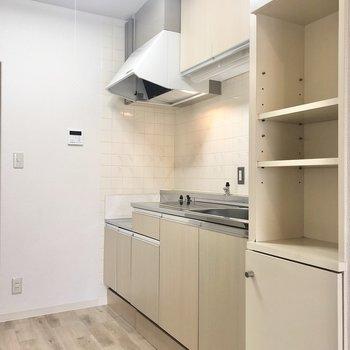 【LDK】手前に高さのある棚があるので、食器などを収納できそうです。