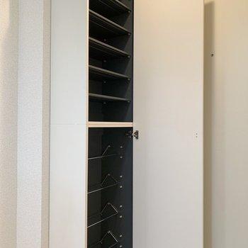 下段は斜めに靴が置けますね。※写真は2階の同間取り別部屋のものです