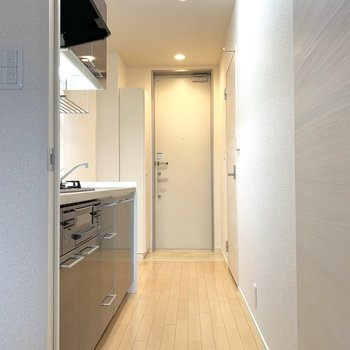 お次はキッチンスペース。※写真は2階の同間取り別部屋のものです