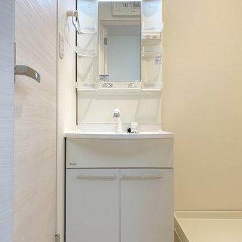脱衣所入って洗面台と朝のご挨拶。※写真は2階の同間取り別部屋のものです