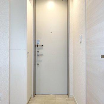 玄関スペース。左側にシューズボックスがあります。※写真は2階の同間取り別部屋のものです