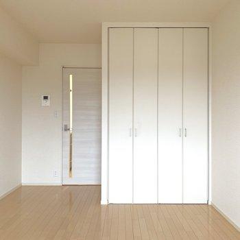 窓を背に、収納を開けてみましょう。※写真は2階の同間取り別部屋のものです