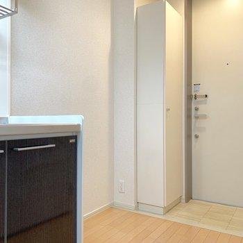 お隣に冷蔵庫を。さらに小さめの棚なら置けるかな。※写真は2階の同間取り別部屋のものです