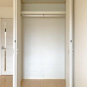 ロングコートを掛けても、下のスペースが余るくらいの高さです。※写真は2階の同間取り別部屋のものです