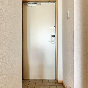 玄関は1人にはゆとりのある広さです※写真は6階の同間取り別部屋のものです