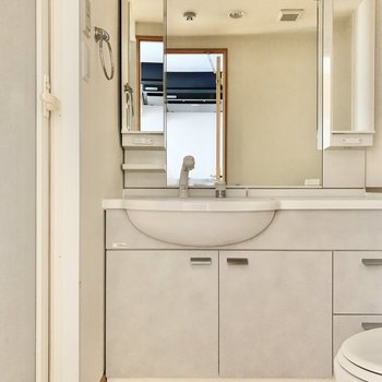 鏡大きめの洗面台で身支度も入念に※写真は6階の同間取り別部屋のもの・通電前のため、フラッシュ撮影をしています