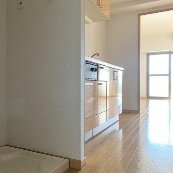 洗濯機置き場はキッチン横です※写真は6階の同間取り別部屋のものです