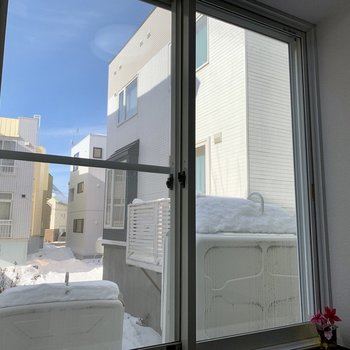 お部屋には大きな窓が1つ。北西向きで時間帯によっては日が入りそう