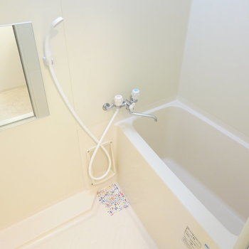 お風呂はシンプルですが、しっかり綺麗に清掃されています。(※写真は4階の反転間取り角部屋のものです)