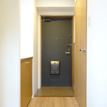 トイレは玄関の右手に。(※写真は4階の反転間取り角部屋のものです)