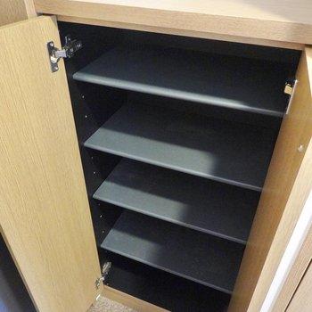 右手の靴箱は1列2足ほどの棚が5段。シーンに合わせた靴選びができそう。(※写真は4階の反転間取り角部屋のものです)