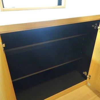 靴箱は2つあります。大きなサイズの靴も入れられるザックリとした棚の靴箱。(※写真は4階の反転間取り角部屋のものです)