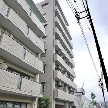 駅から歩いて約5分。8階建て鉄筋コンクリート造マンションの3階。