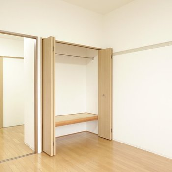 横幅1.5mほどの大きなクローゼットは普段着収納に。左の引き戸の先はキッチンスペース。(※写真は4階の反転間取り角部屋のものです)