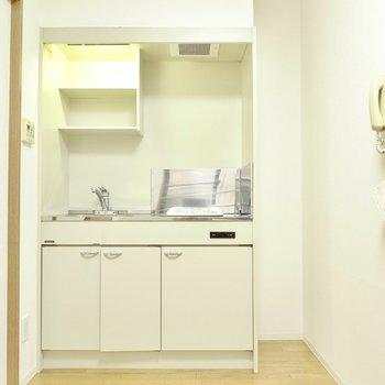 スペース自体は広いので、調理台兼家電置き場になるキッチンワゴンを置くと効率的な自炊ができます◎(※写真は4階の反転間取り角部屋のものです)