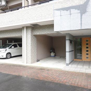 エントランスのドアの左手には屋根付きの駐車場。