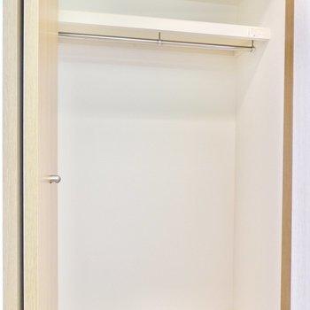 廊下に出て幅1mほどのクローゼット。上着の収納にするのが便利。(※写真は4階の反転間取り角部屋のものです)