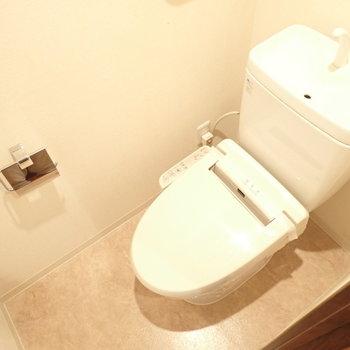 ウォシュレットトイレです!(※写真は7階の同間取り別部屋のものです)