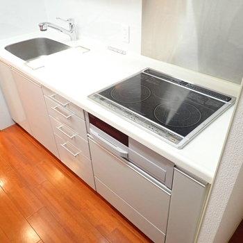 キッチンは3口IHコンロ!調理スペース広々(※写真は7階の同間取り別部屋のものです)
