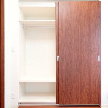右側の扉にも同じ収納があります(※写真は7階の同間取り別部屋のものです)