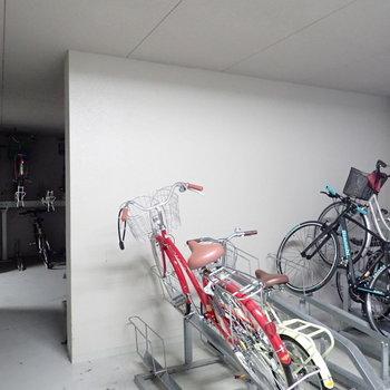 駐輪場は建物の奥に