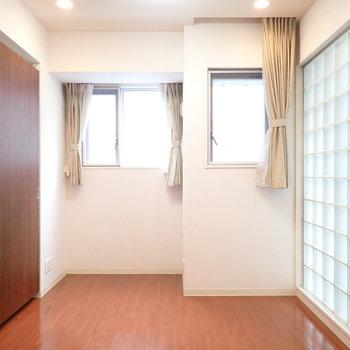 洋室は窓が多いので風通しが良いですね(※写真は7階の同間取り別部屋のものです)