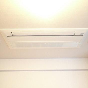 エアコンは埋め込みタイプですよ(※写真は7階の同間取り別部屋のものです)