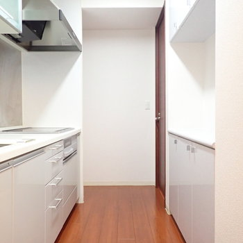 後ろには食器棚があるのでお料理がしやすそう!(※写真は7階の同間取り別部屋のものです)