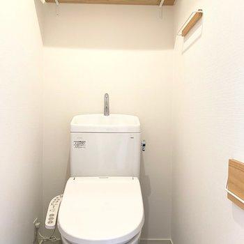 トイレの中にもほっこり木製の小物たち。ウォシュレット付き!