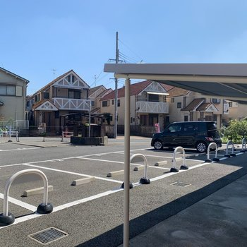 共用部】駐車場にバイク置き場に駐輪場もございます!