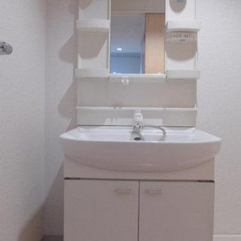 棚付きで使いやすい洗面台。(※写真は7階の同間取り別部屋のものです)