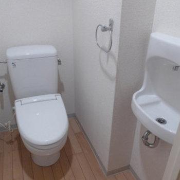 トイレには手洗い場がありますよ!(※写真は7階の同間取り別部屋のものです)