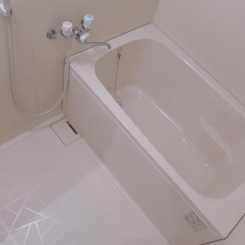 お風呂はゆったりと休めそうな広さ。とても綺麗で清潔です。(※写真は7階の同間取り別部屋のものです)