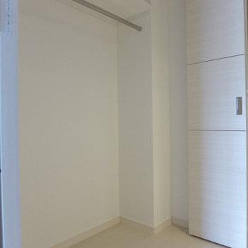 廊下にクローゼットがあります。(※写真は9階同間取り別部屋のものです)