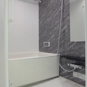 大理石調のパネルでゆったり休める広めなお風呂!(※写真は9階同間取り別部屋のものです)