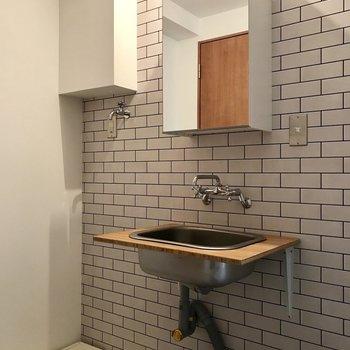 ブルックリンスタイルの洗面台(※写真は2階の同間取り別部屋のものです)