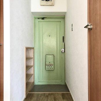 このレトロ玄関が心くすぐる(※写真は2階の同間取り別部屋のものです)