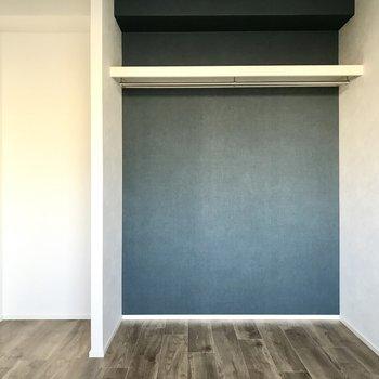 こちらもオープンクローゼット!大きな本棚も置きたいなぁ(※写真は2階の同間取り別部屋のものです)