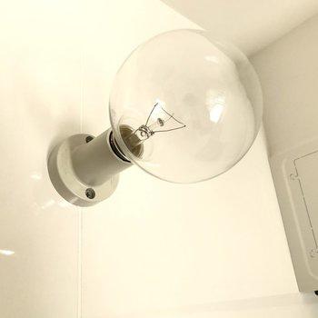 上を見上げれば可愛い電球がちらり(※写真は2階の同間取り別部屋のものです)
