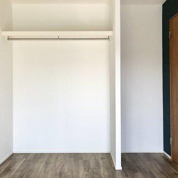 なんとオープンクローゼット!カーテンで隠すこともできますよ(※写真は2階の同間取り別部屋のものです)