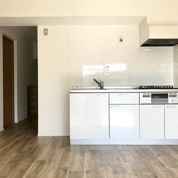 白いキッチンはまるで2人のよう◯(※写真は2階の同間取り別部屋のものです)