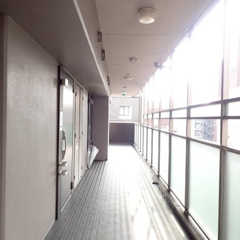 共用部】風通しの良い廊下です。