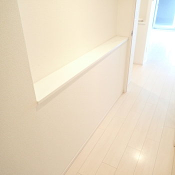 廊下にも棚があります。小物を並べてもよさそう。