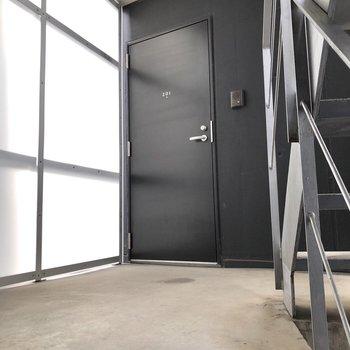 お部屋は階段を上がって正面にあるドアからです。