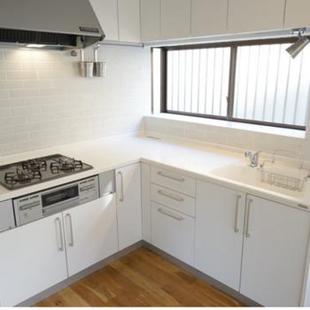 【イメージ】これまた広いL字型のキッチン。※IHタイプになり、壁面もタイルはなしになります